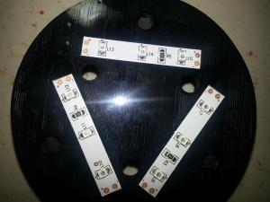 Самоклеящиеся светодиодные полосы прикреплены к основанию.  Края выстроились с отметками на трехмерной части.