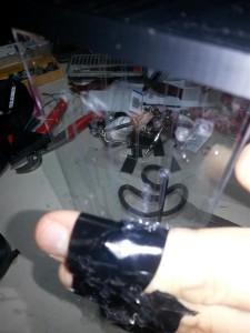 Оберните электрическую ленту вокруг пальцев липкой стороной.